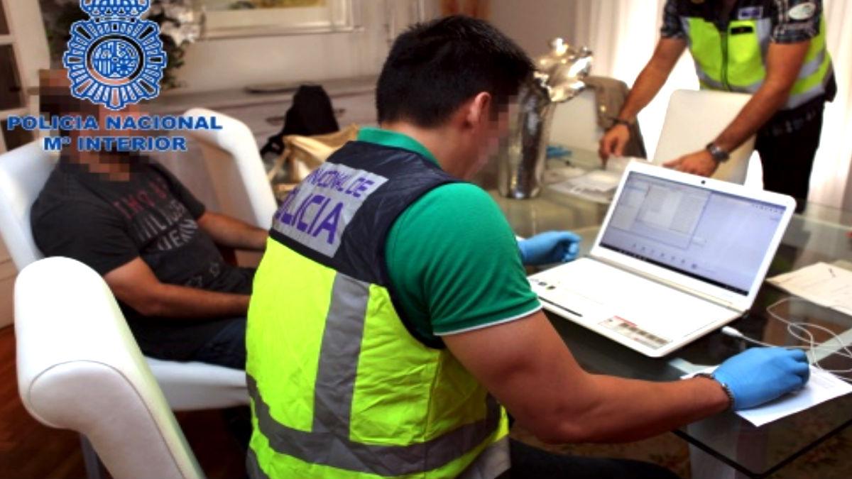 Un agente de la Policía Nacional revisa material delictivo en internet.