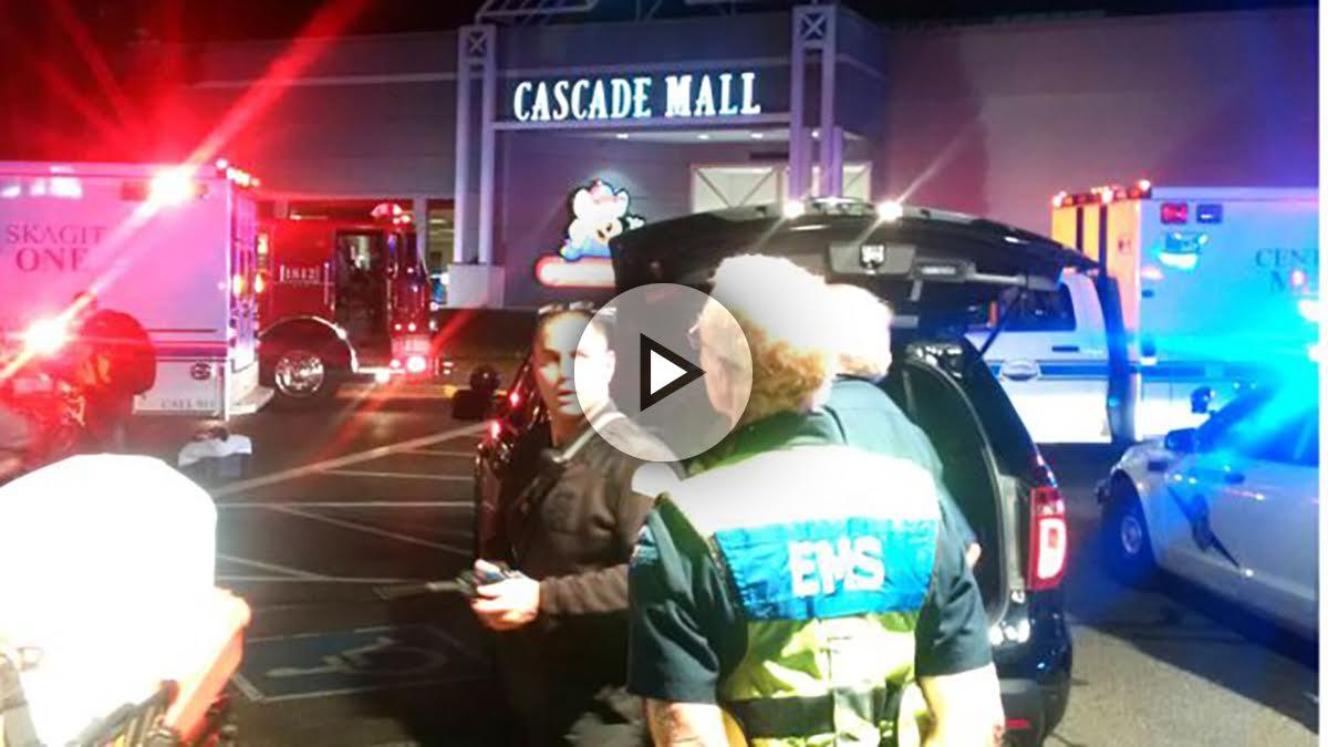 Policías en la puerta del centro comercial donde se produjo el tiroteo (Foto: Reuters).