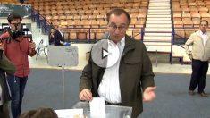 Alfonso Alonso, votando en Vitoria.