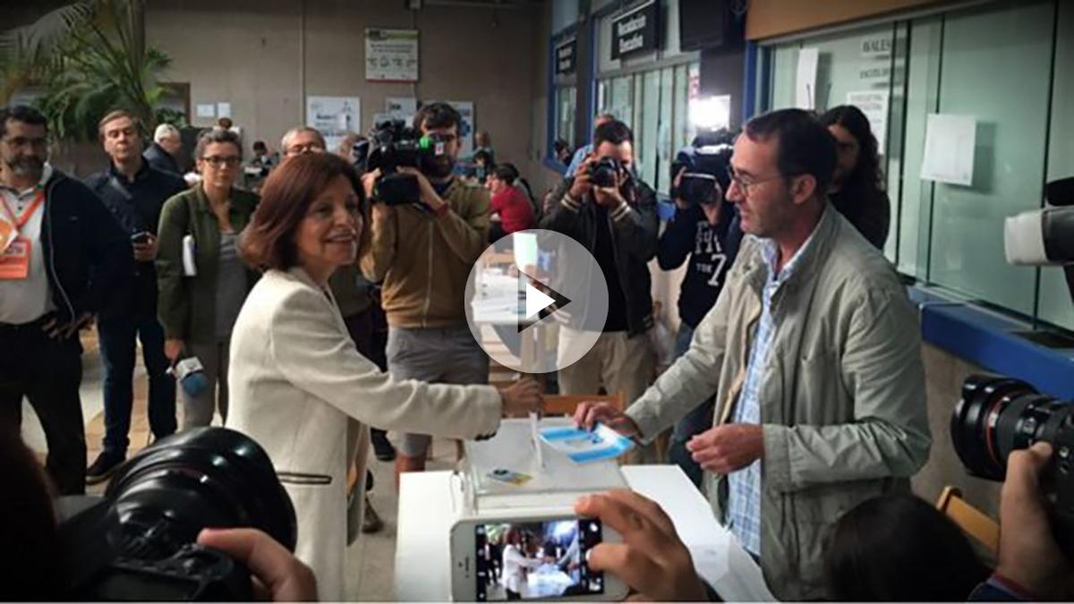 Cristina Losada (Ciudadanos), al ejercer su derecho al voto en Vigo.