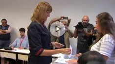 La candidata del PSE-PSOE a la lehendakaritza, Idoia Mendia, vota en Bilbao.