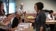 Nagua Alba, secretaria de Podemos en el País Vasco, votando en San Sebastián.