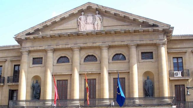 El Gobierno navarro retira la Cruz Laureada de San Fernando de la fachada del Palacio de Navarra