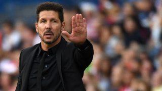 Simeone da instrucciones durante el Atlético-Depor. (AFP)