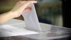 Una persona vota en unas elecciones.