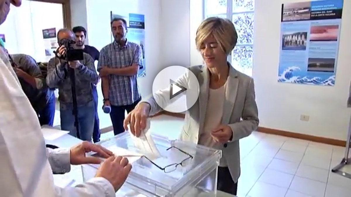 La candidata a lehendakari por Podemos, Pili Zabala, ejerciendo su derecho al voto en Zarauz (Guipúzcoa).