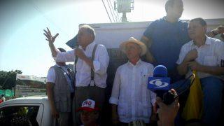 El ex procurador Ordóñez se dirige a los manifestantes junto al ex presidente Uribe, este lunes en Cartagena de Indias, Colombia. (OKD)