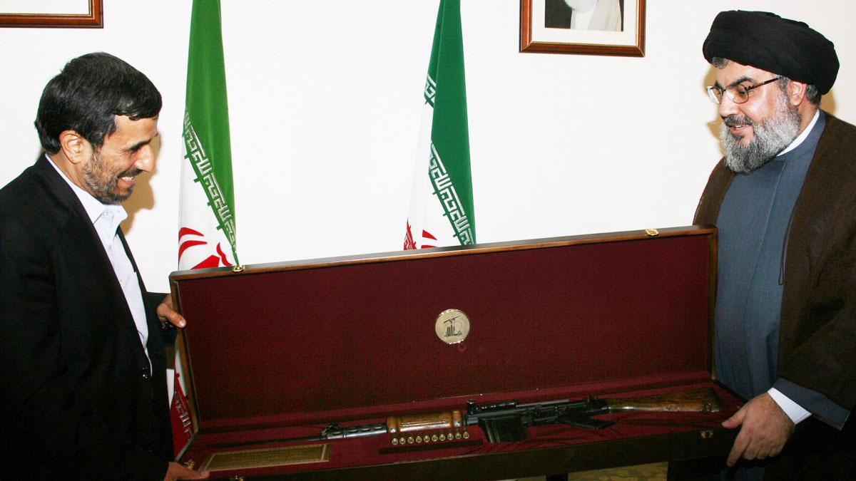 Ahmadineyad recibe el arma de un soldado israelí capturado en Líbano en una imagen de archivo (Getty)