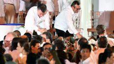 Juan Manuel Santos y Timochenko, de las FARC, tras firmar el pacto en Cartagena (Foto: AFP)