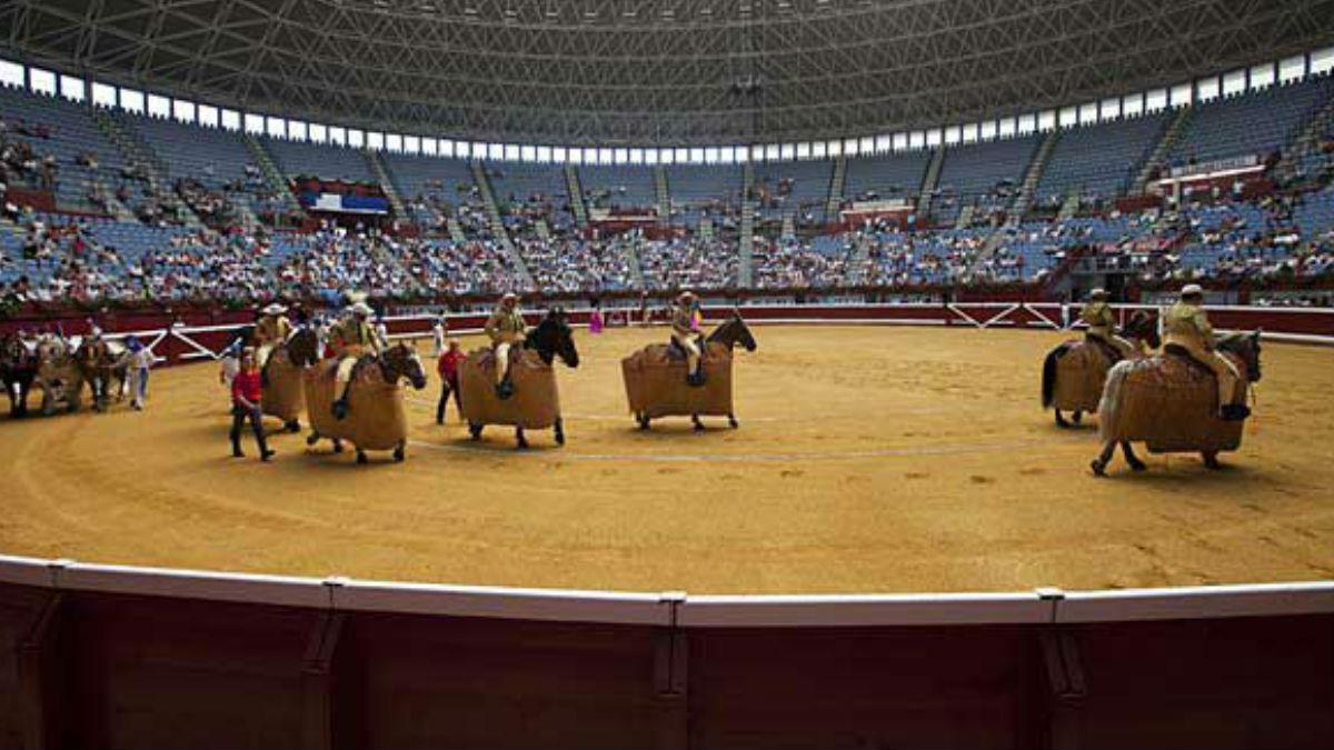 Rejoneadores durante la celebración de una corrida de toros en la donositarra plaza de Ilumbe. AGENCIAS