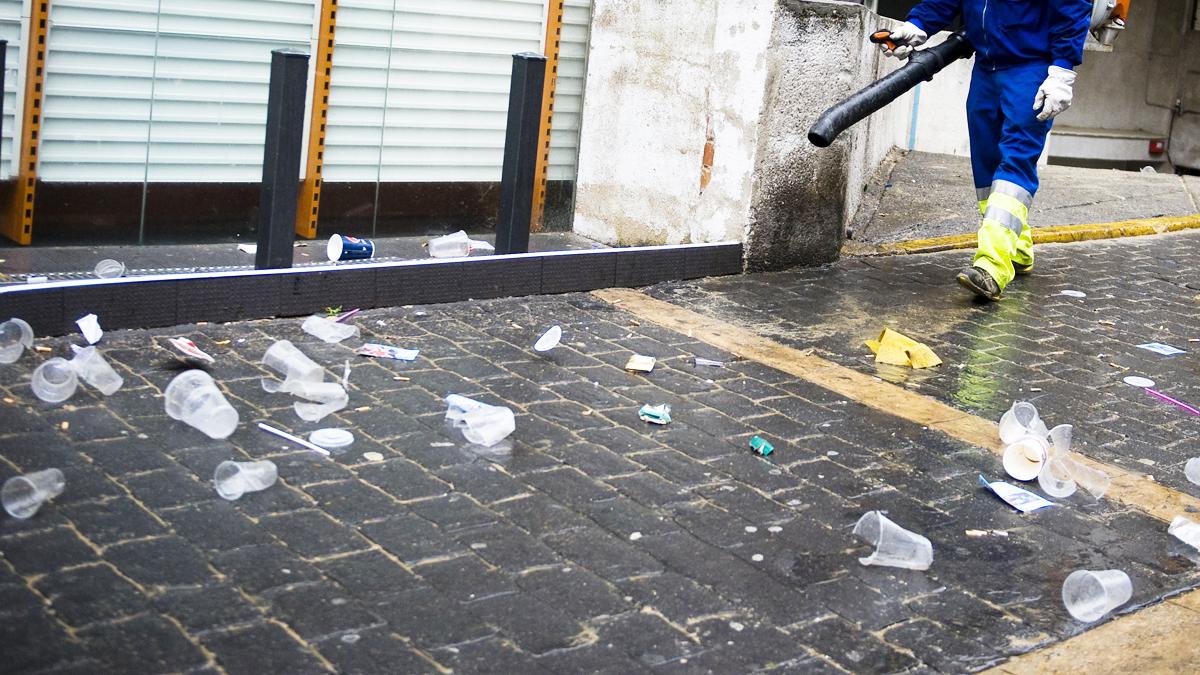 Vasos de plástico en la calle tras una fiesta. (Foto: Getty)
