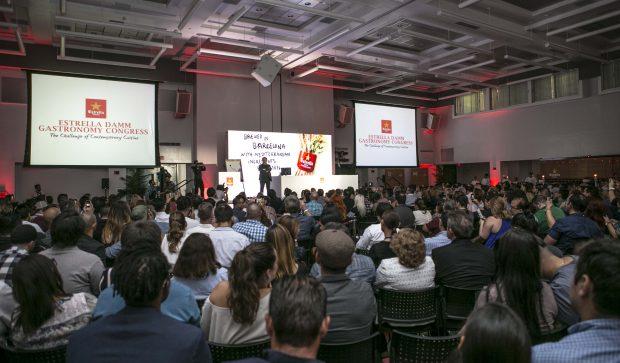 Ferran Adriá frente a una sala abarrotada de público durante la presentación del II Estrella Damm Gastronomy Congress.