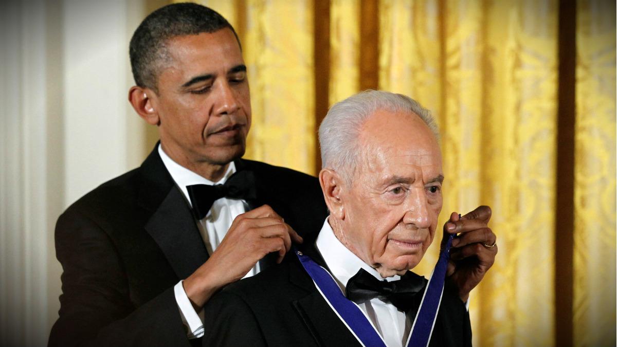 Obama impone la Medalla de la Libertad a Simon Peres, entonces presidente de Israel, el 13 de junio de 2012. (Reuters)
