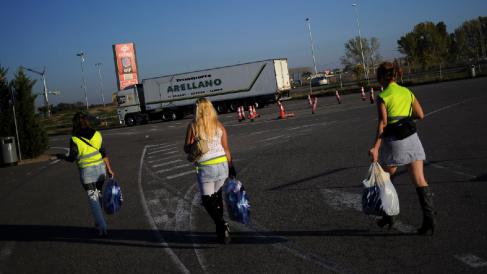 Mujeres en situación de prostitución en la carretera. (Foto: GETTY)