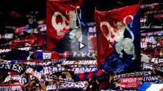 Ultras del Olympique de Lyon durante un partido de fútbol.