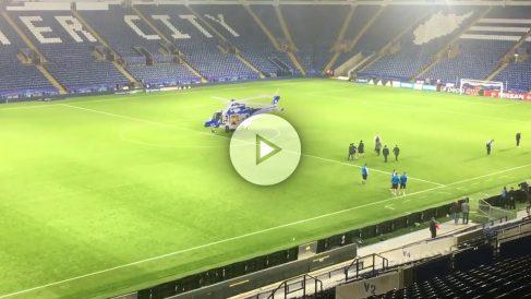 El dueño del Leicester junto a su helicóptero.