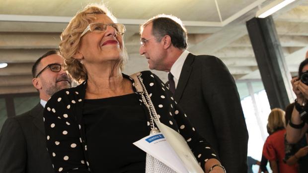 La alcaldesa Manuela Carmena visitando una exposición. (Foto: Madrid)
