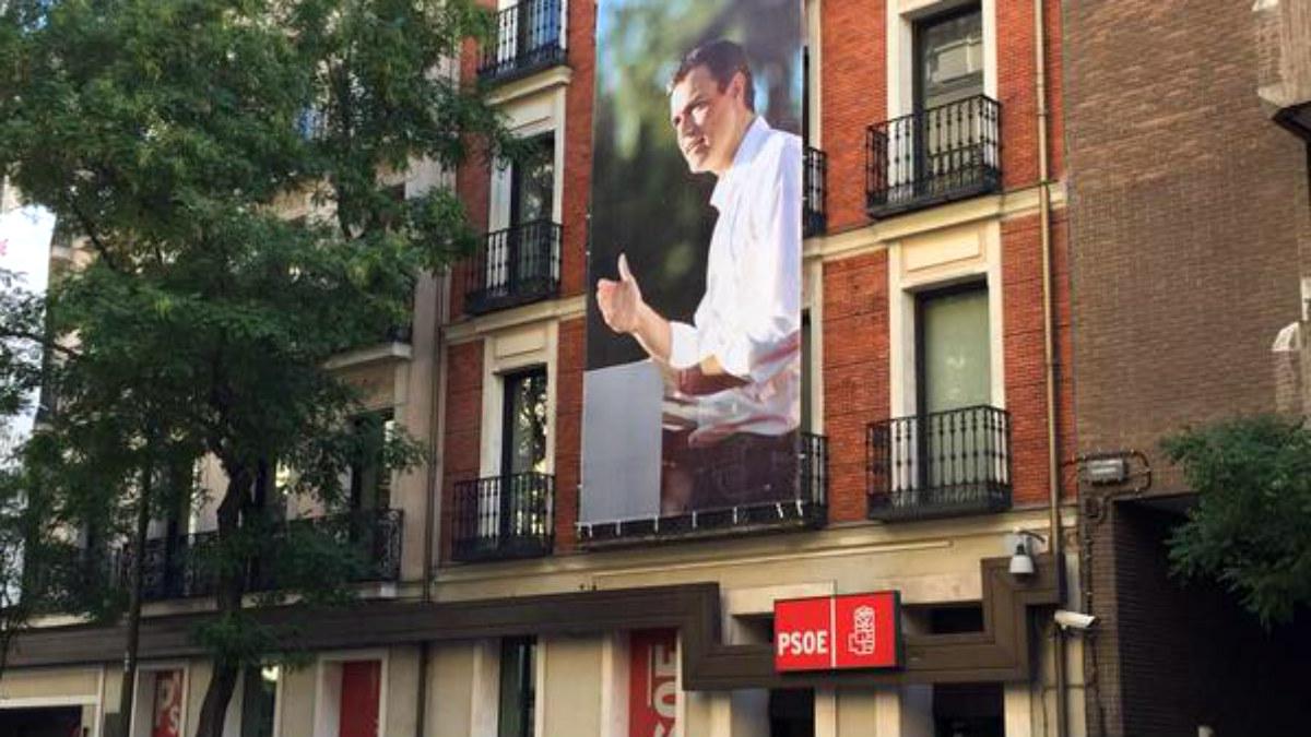 Fachada de la sede del PSOE en Ferraz, con un enorme cartel de Pedro Sánchez.