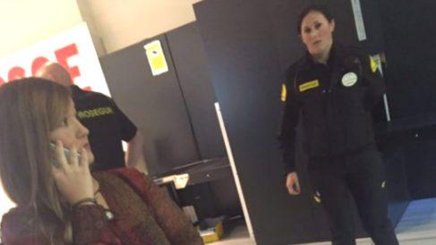 La presidenta del Comité Federal del PSOE, Verónica Pérez, siendo custodiada por agentes de seguridad en Ferraz (Foto: Twitter)