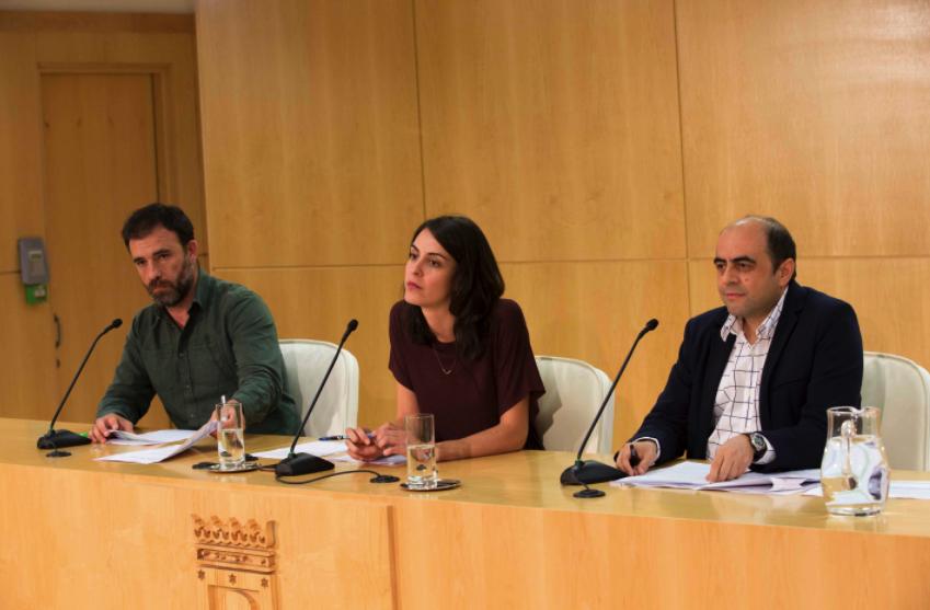 PP y Ciudadanos colocan la bandera de España en la sala de prensa del Ayuntamiento de Madrid