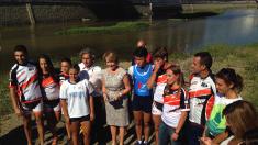 Esperanza Aguirre con los remeros afectados. (Foto: OKDIARIO)