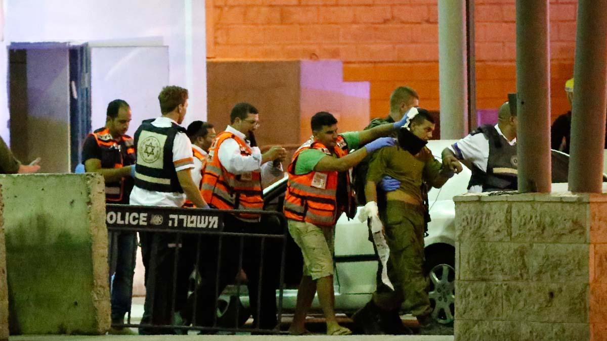 Miembros de los servicios de emergencia trasladan al soldado israelí apuñalado. (Foto: AFP)