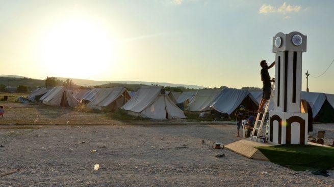 El tiempo se detiene para los refugiados 'encerrados' en el campamento de Katsikas en Grecia