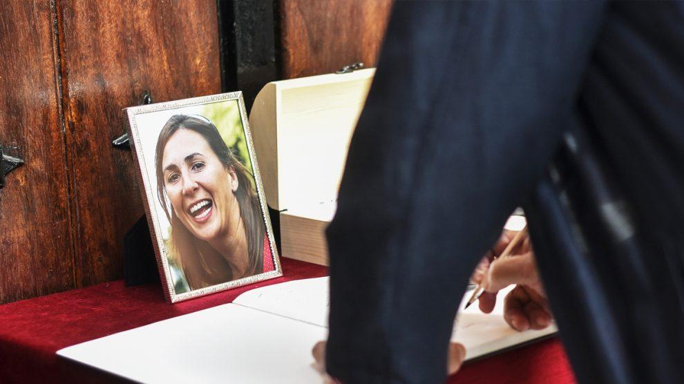 Libro de condolencias durante el funeral de María Villar. (Foto: EFE)