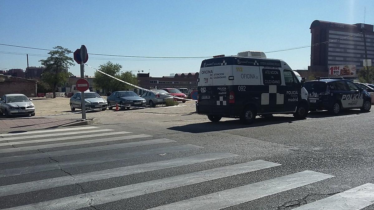Zona de aparcamiento gratuito con la Policía desalojando a los coches. (Foto: TW)
