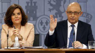 La vicepresidenta Soraya Sáenz de Santamaría y el ministro de Hacienda, Cristóbal Montoro. (Foto: EFE)
