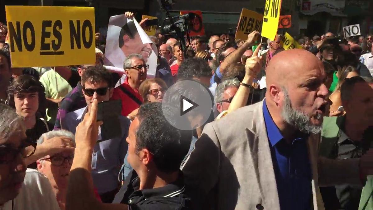 Simpatizantes del PSOE y Podemos, en la calle Ferraz.