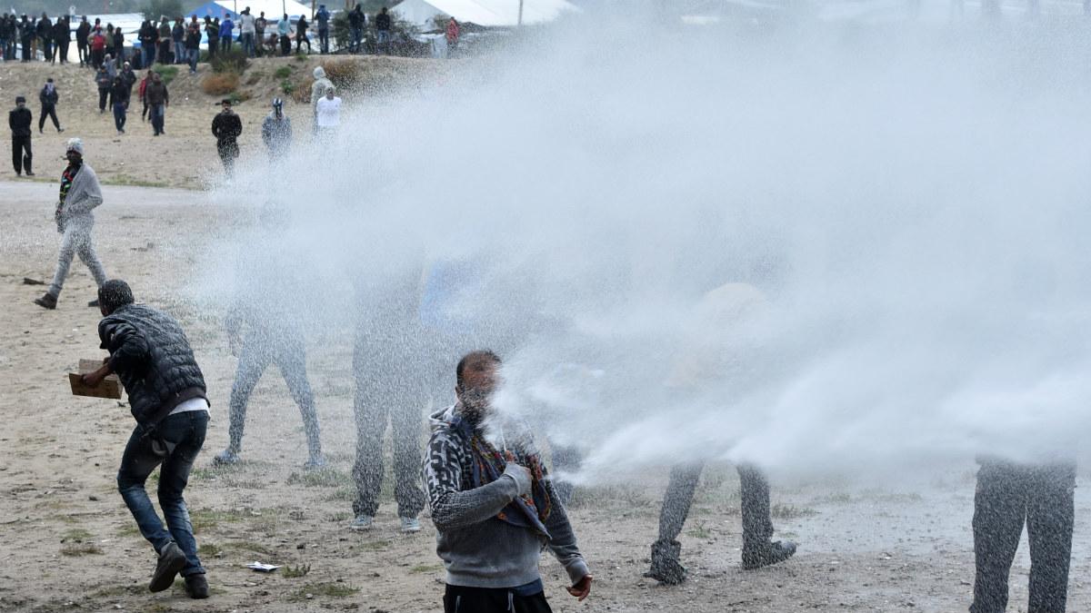 Disturbios entre la policía y los manifestantes contra el desalojo en l'La Jungla' de Calais. (AFP)