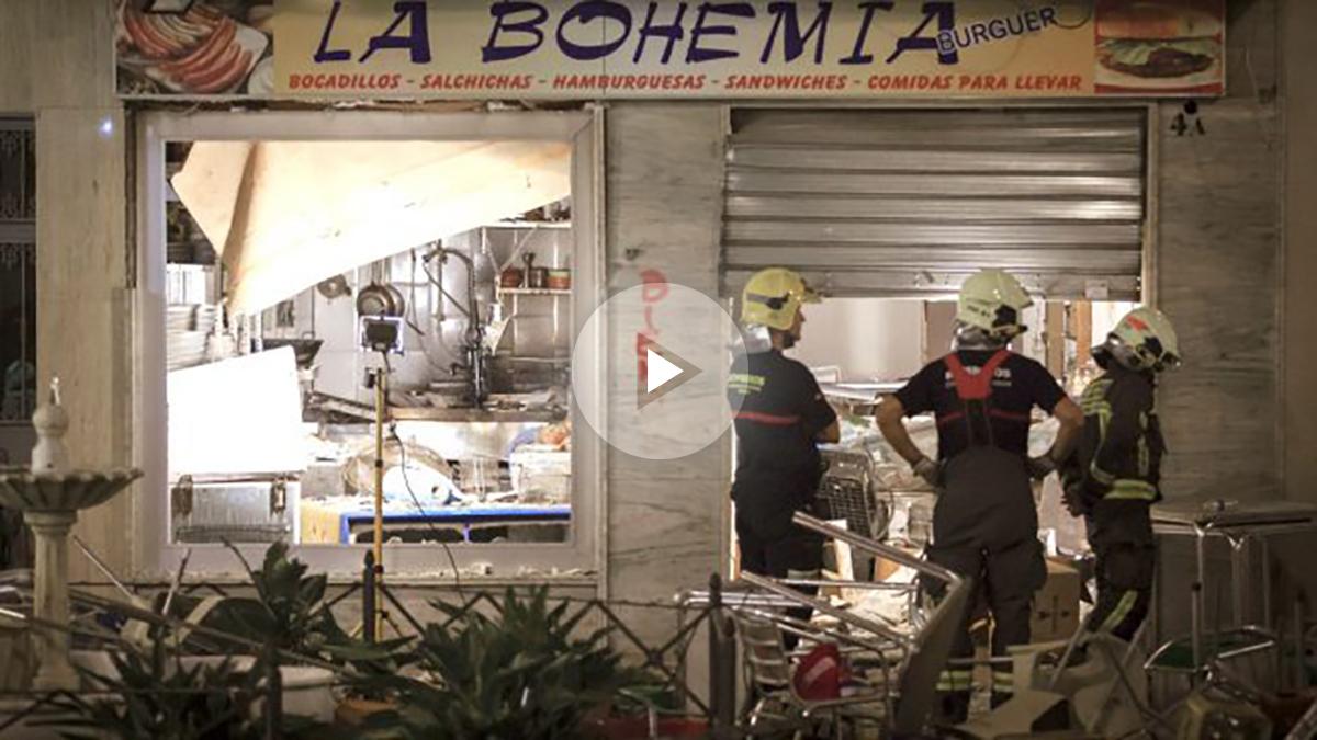 Bomberos ante la cafetería en la que se produjo la explosión (Foto: Efe).