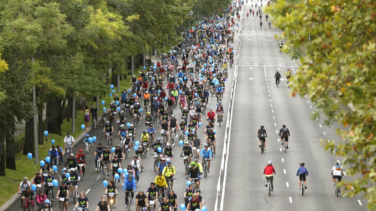 Fiesta de la bicicleta por el Paseo de la Castellana (Foto: Efe).