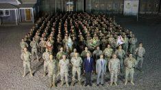 El ministro de Defensa, Pedro Morenés, posa con los militares del contingente español desplegado en Irak. (Foto: Ministerio de Defensa)