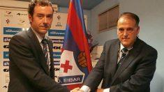 Aranzábal estrecha la mano a Tebas durante su etapa como presidente del Eibar. (SD Eibar)