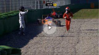 Un piloto de Fórmula 4 sale corriendo por miedo a un rival.