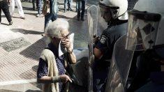 Una anciana afectada por los gases lacrimógenos de la policía griega. (Foto: AFP)