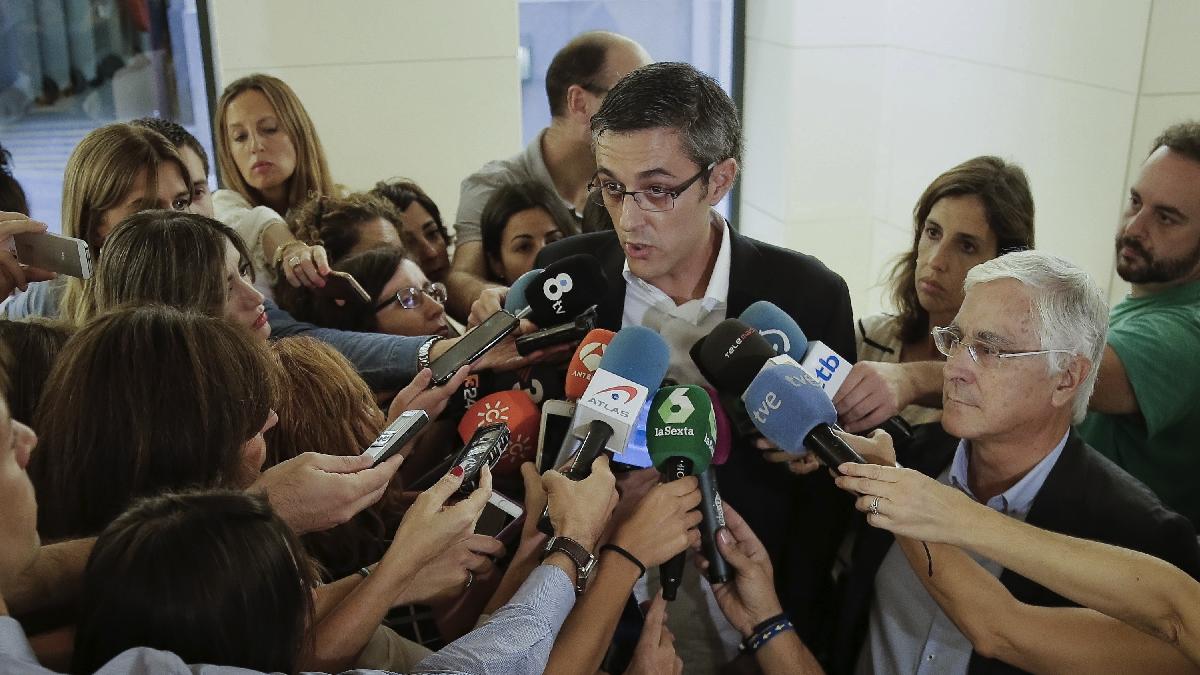 El diputado socialista, Eduardo Madina, atendiendo a medios de comunicación. (Foto: Efe)