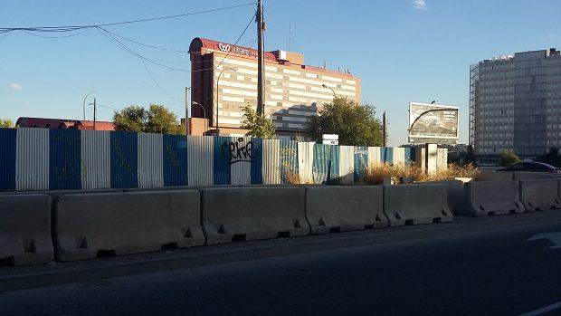 Zona vallada y con bloques de hormigón. (Foto: OKDIARIO)