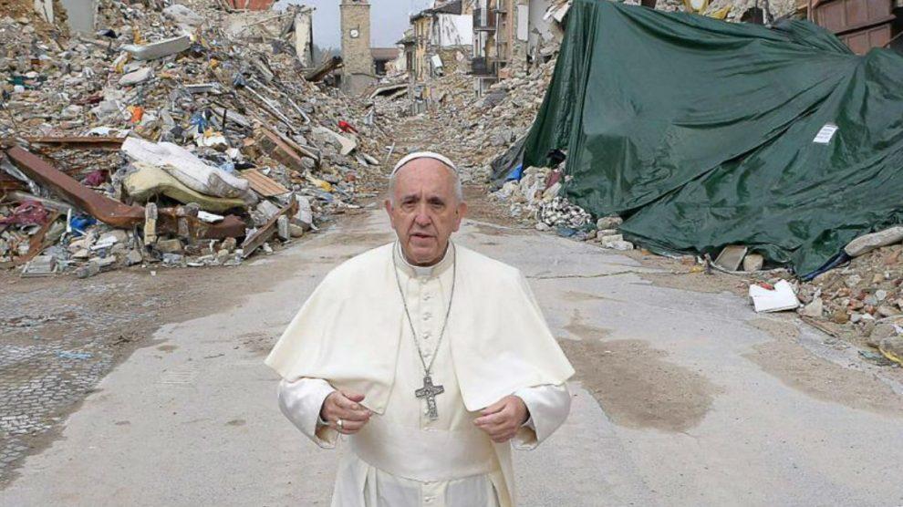 El Papa Francisco I en el devastado pueblo italiano de Amatrice. AFP