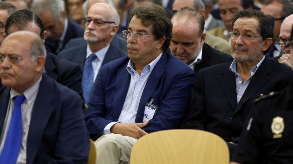 El exconsejero de Caja Madrid, José Antonio Moral Santín, a la derecha, durante el juicio de las 'tarjetas black'. (Foto: EFE)
