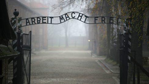 La puerta del campo de concentración nazi de Auschwitz, en Polonia. (Foto: Getty)