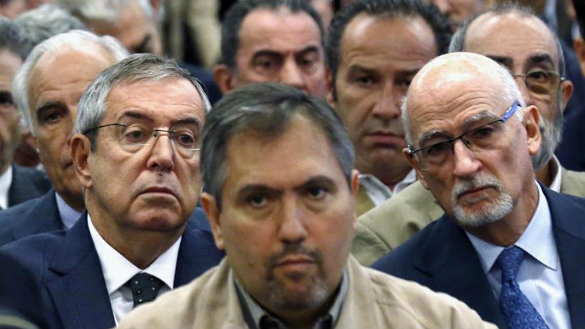 Antonio Romero, (en el centro) del PSOE, ingresa en prisión.