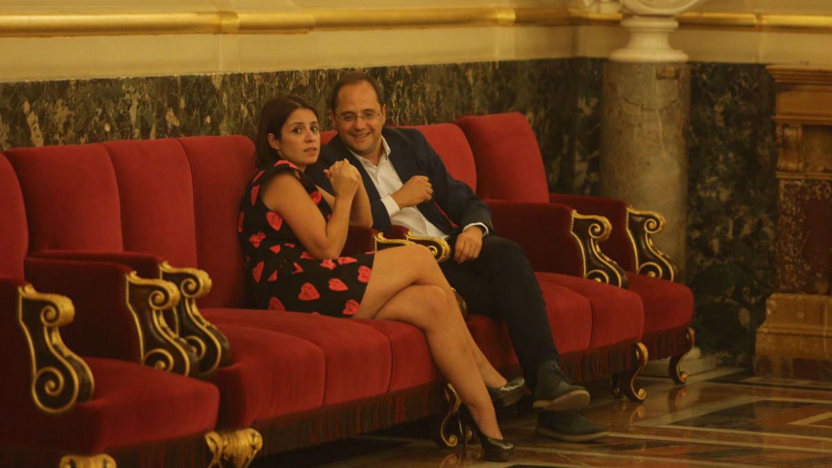 El ex secretario de Organización, César Luena con la diputada socialista Adriana Lastra. (Fuente: OKD)
