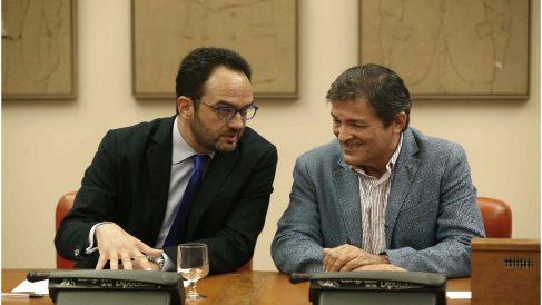El portavoz parlamentario del PSOE, Antonio Hernando, con el presidente de la Gestora, Javier Fernández. (Foto: EFE)