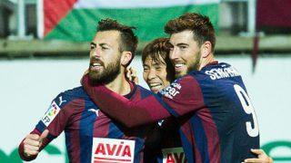 Los jugadores del Eibar, Enrich y Luna, celebran un gol.