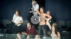 Activistas de FEMEN, desnudas en el pleno de Estrasburgo del Parlamento Europeo. (TW)