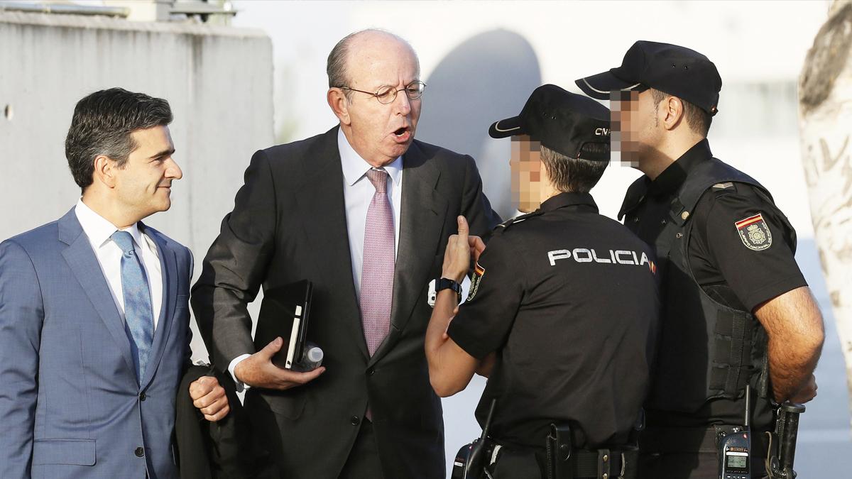Rafael Spottorno protesta ante agentes a las puertas de la sede de la Audiencia Nacional. (Foto: EFE)