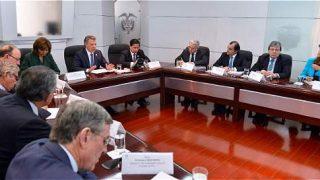 El presidente Santos, al frente de la reunión, y Álvaro Uribe, en la esquina superior, este miércoles en la Casa de Nariño.